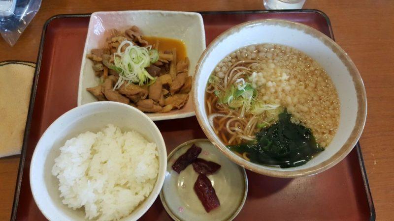 山田うどんのパンチ(もつ煮込み)定食