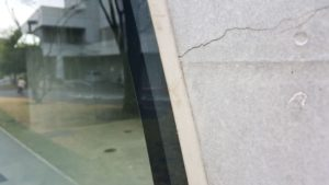 多摩美術大学・八王子図書館の外壁シーリング部