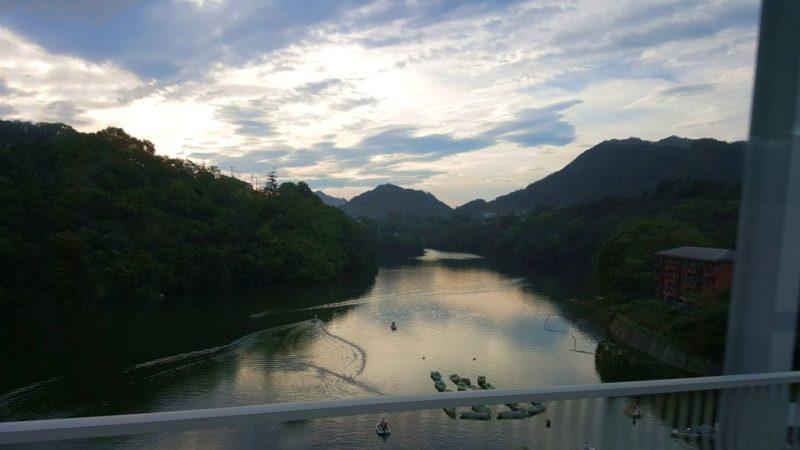 バスの窓からの眺め(道志ダム)