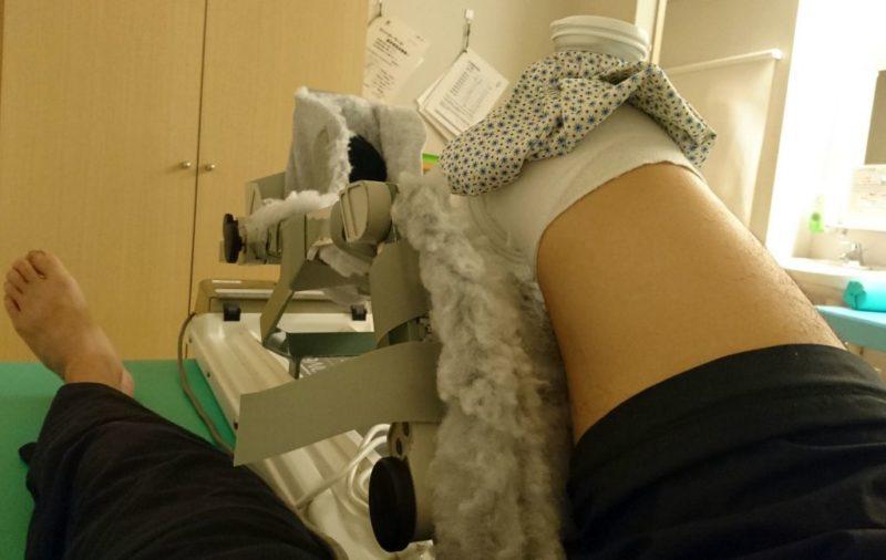 膝の装具を着用した状態