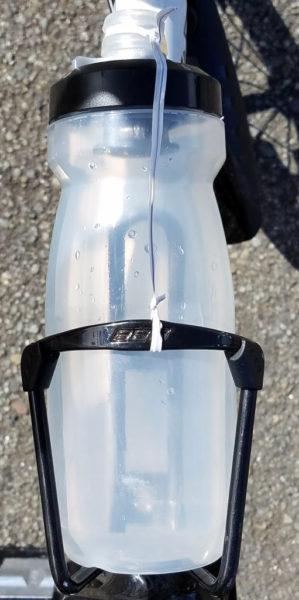 自転車ボトルをねじりっこで固定