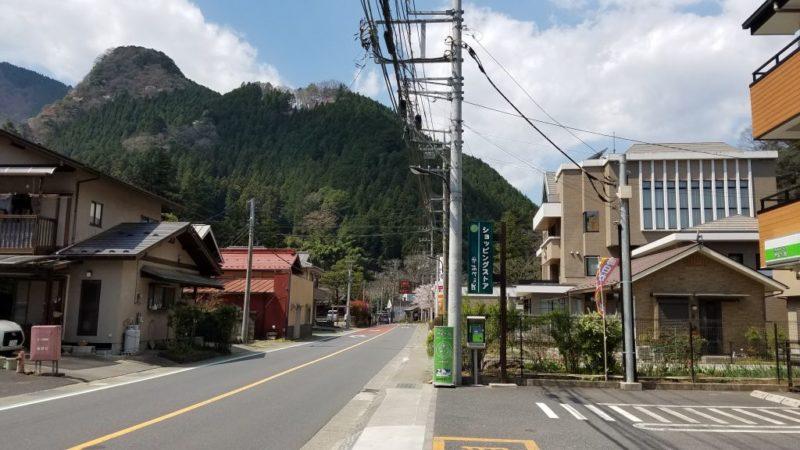 檜原村役場前の道路